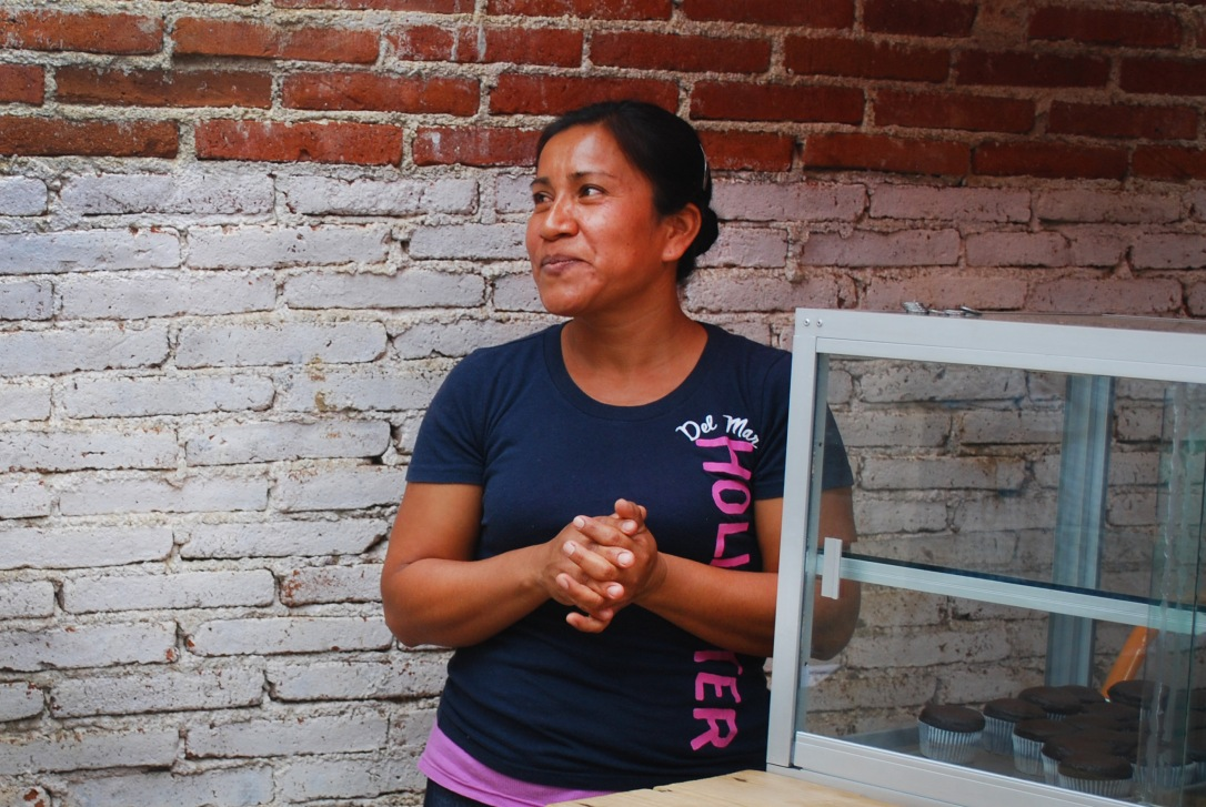 Angélica meets with a Fundación En Vía tour group in order to speak about her borrowing experience and talk about her business.