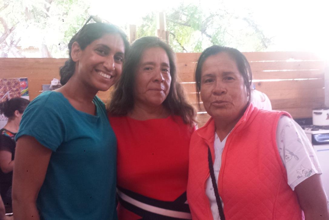Andrea and two En Vía borrowers.
