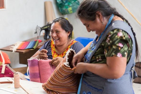 Women learn new handbag styles with En Vía @ Stephanie Knibbe